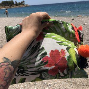 Χειροποίητο τσαντάκι παραλίας από ύφασμα.